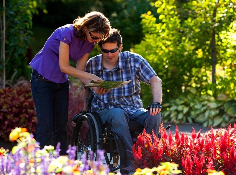 Guide du jardin botanique avec personne en fauteuil