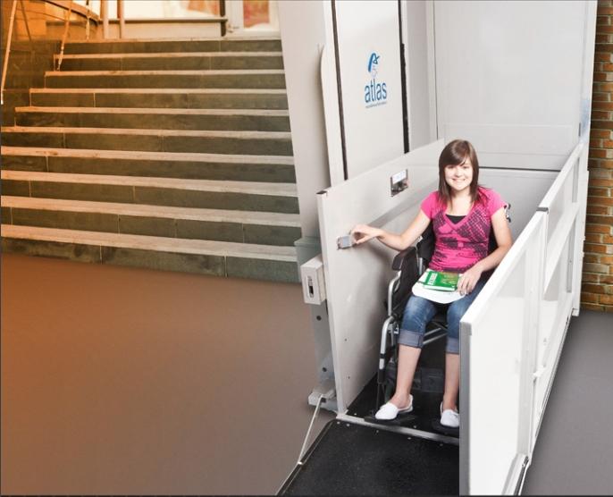 Plateforme élévatrice accueillant une personne en fauteuil roulant