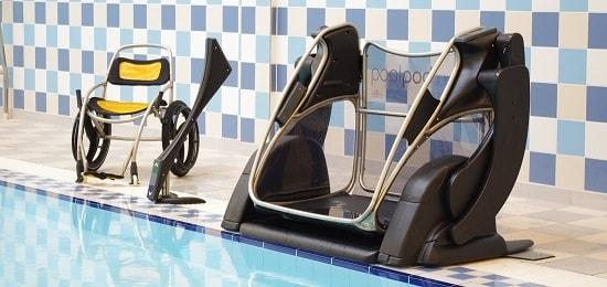 Plateforme élévatrice aquatique et son fauteuil roulant imperméable sur le bord d'une piscine