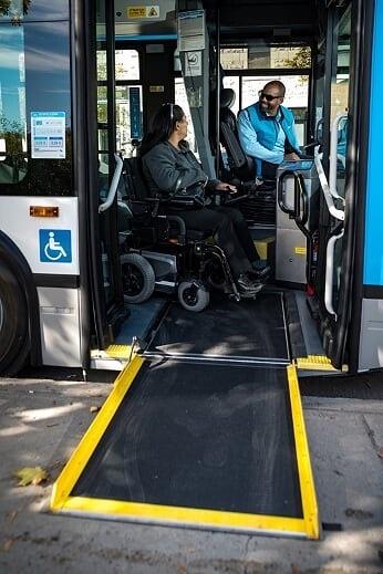 Autobus à rampe d'accès