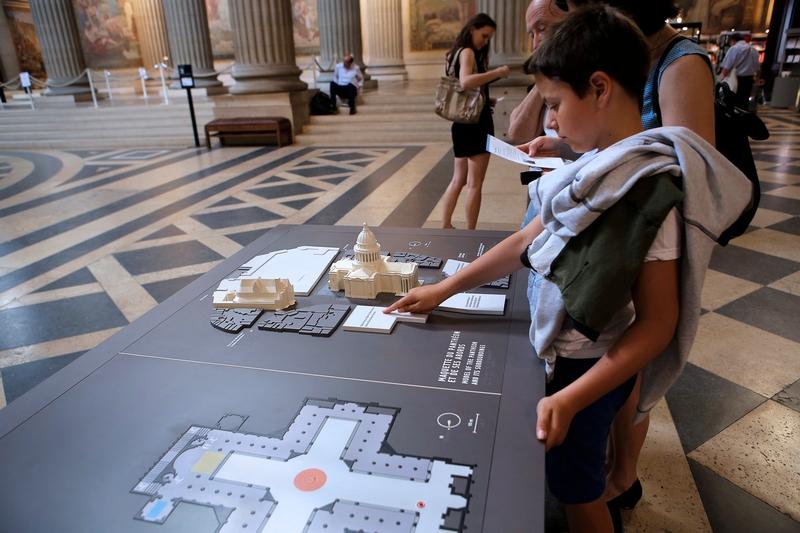 Enfant explorant la maquette tactile du Panthéon
